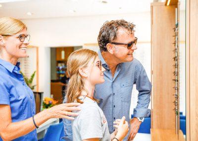 Beim Probetragen mit Hirt Optikerin