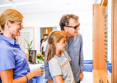 Hirt Optikerin Kristine Fischer bei der Kundenberatung