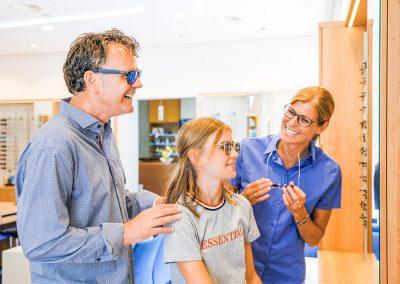 Zusammen sehen macht einfach Spaß - Probetragen mit Optiker