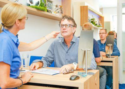 Optikerin Kristine Fischer bei Brillenvermessung