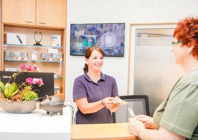 Geschäftsführerin Karina van Roijen mit Kundin